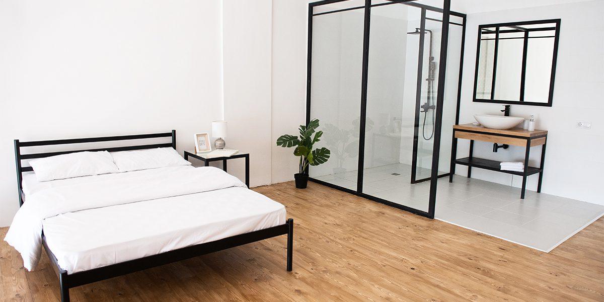Кровать и душевая с умывальником